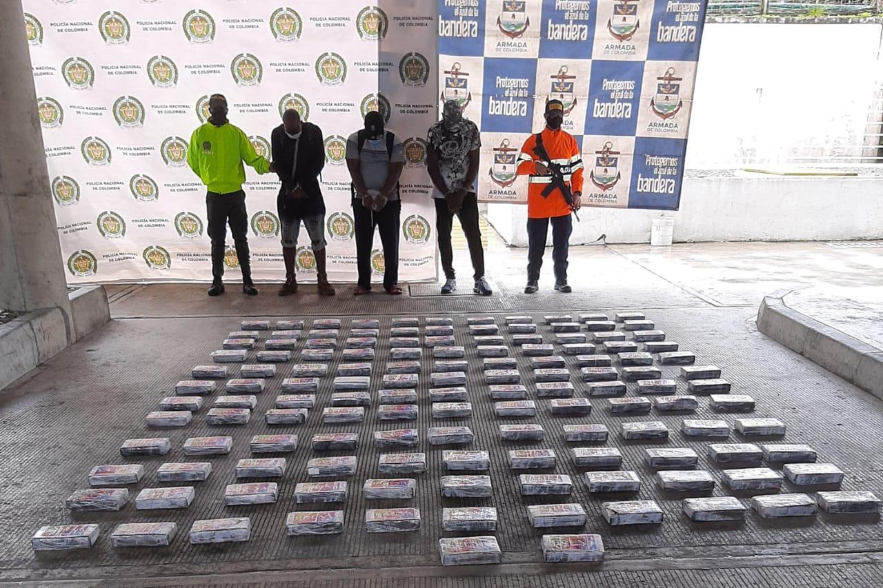 Armada captura de tres personas con 'coca' en altamar.